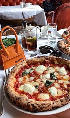 Pizza encima de una mesa